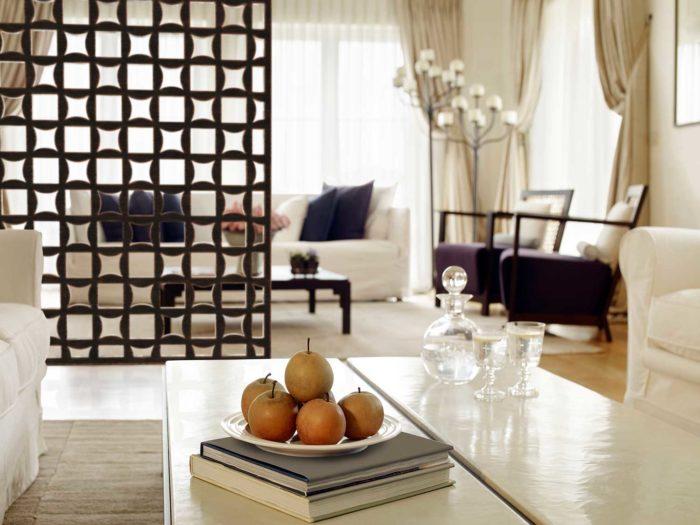 tableaux dividing the living space